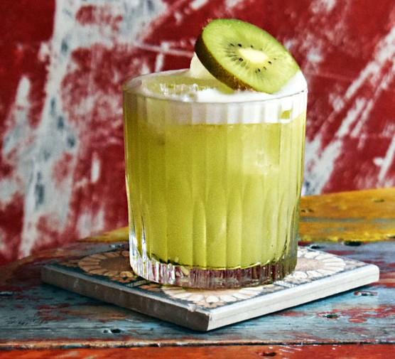 Kiwiriqui cocktail with kiwi garnish