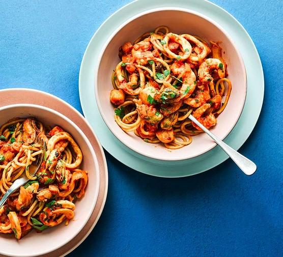 Seafood spaghetti in bowls