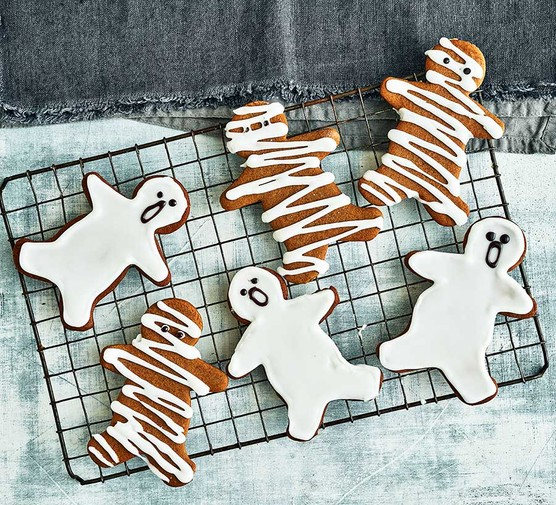 Halloween gingerbread with ghosts and mummies