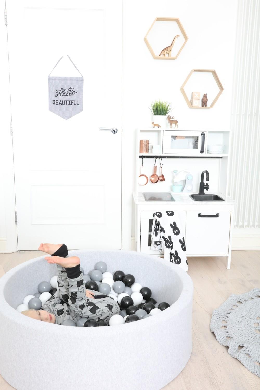Black_white_ball_pit_The_modern_nursery