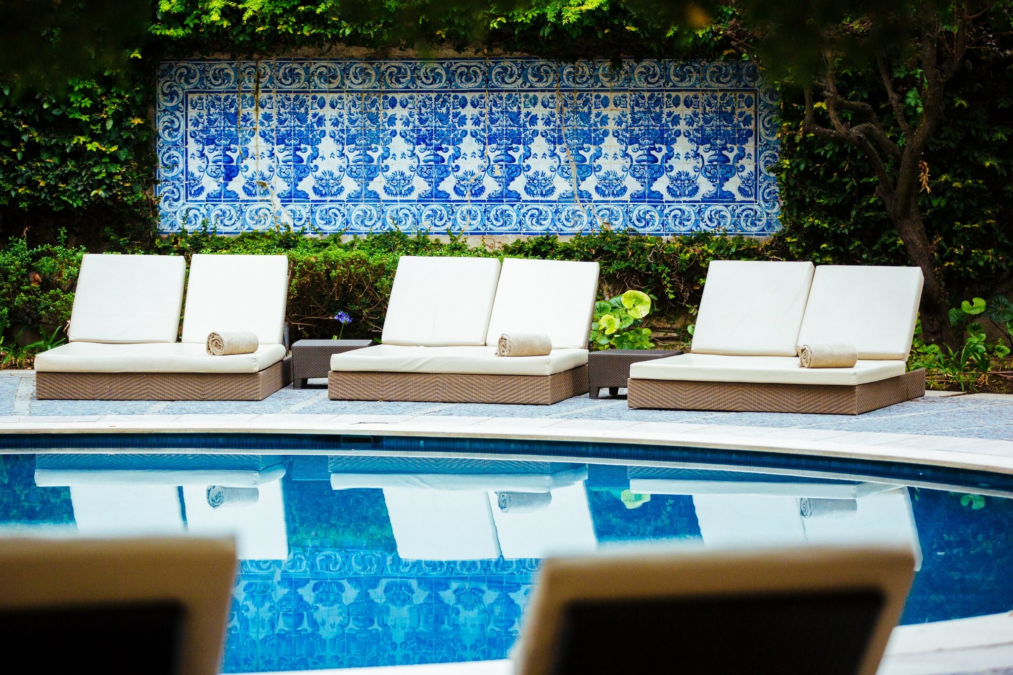 The calm oasis that is the outdoor swimming pool