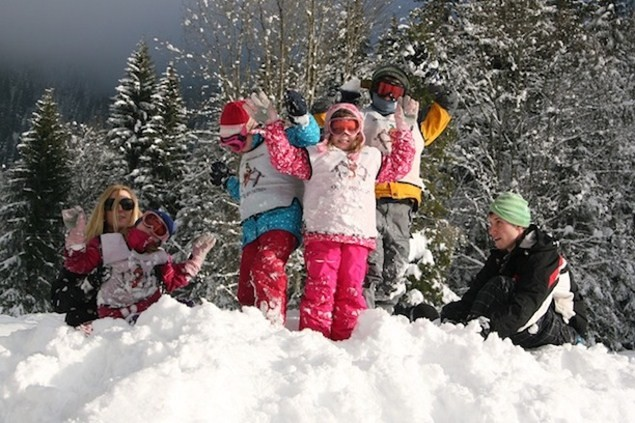 The children play in the snow with the Chilly Powder nannies
