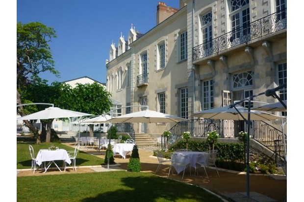 This chic hotel has a big garden with pool and plenty of grass to run around. Photo by: Hotel Perier du Bignon
