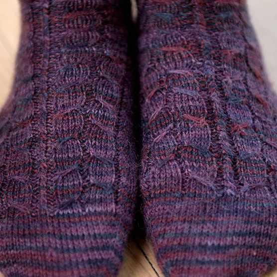 Free cable socks knitting pattern
