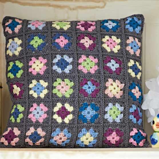 Free_granny_square_crochet_pillow_cover_pattern