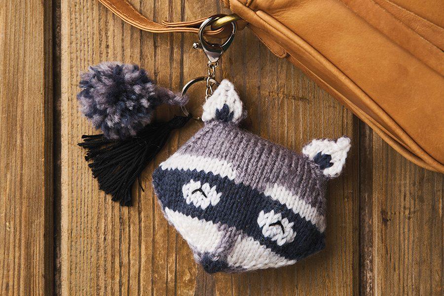 Knitted keyring pattern: raccoon bag charm