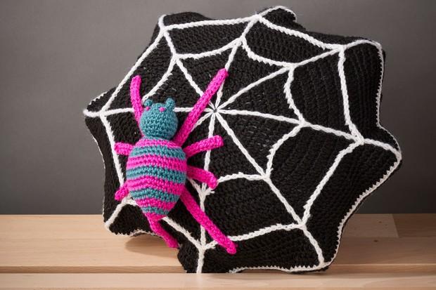 Free crochet spider web cushion pattern