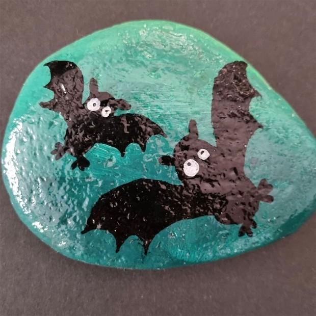 Halloween rock painting ideas – bats