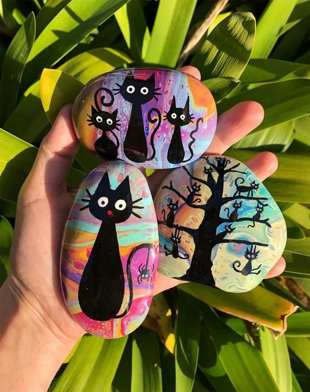 Halloween rock painting ideas – black cats
