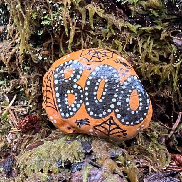 Halloween rock painting ideas – boo