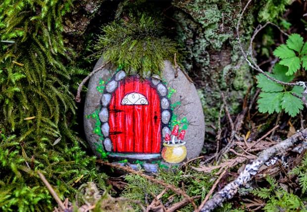 Halloween rock painting ideas – DIY fairy doors