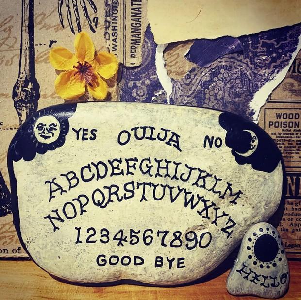 Halloween rock painting ideas – ouija board