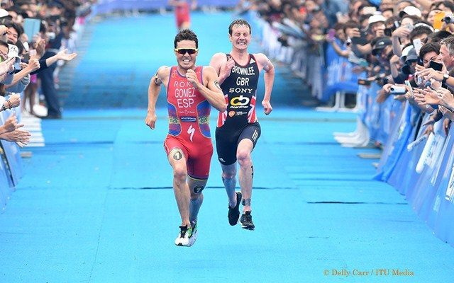 Javier Gomez and Alistair Brownlee on the run at WTS Yokohama