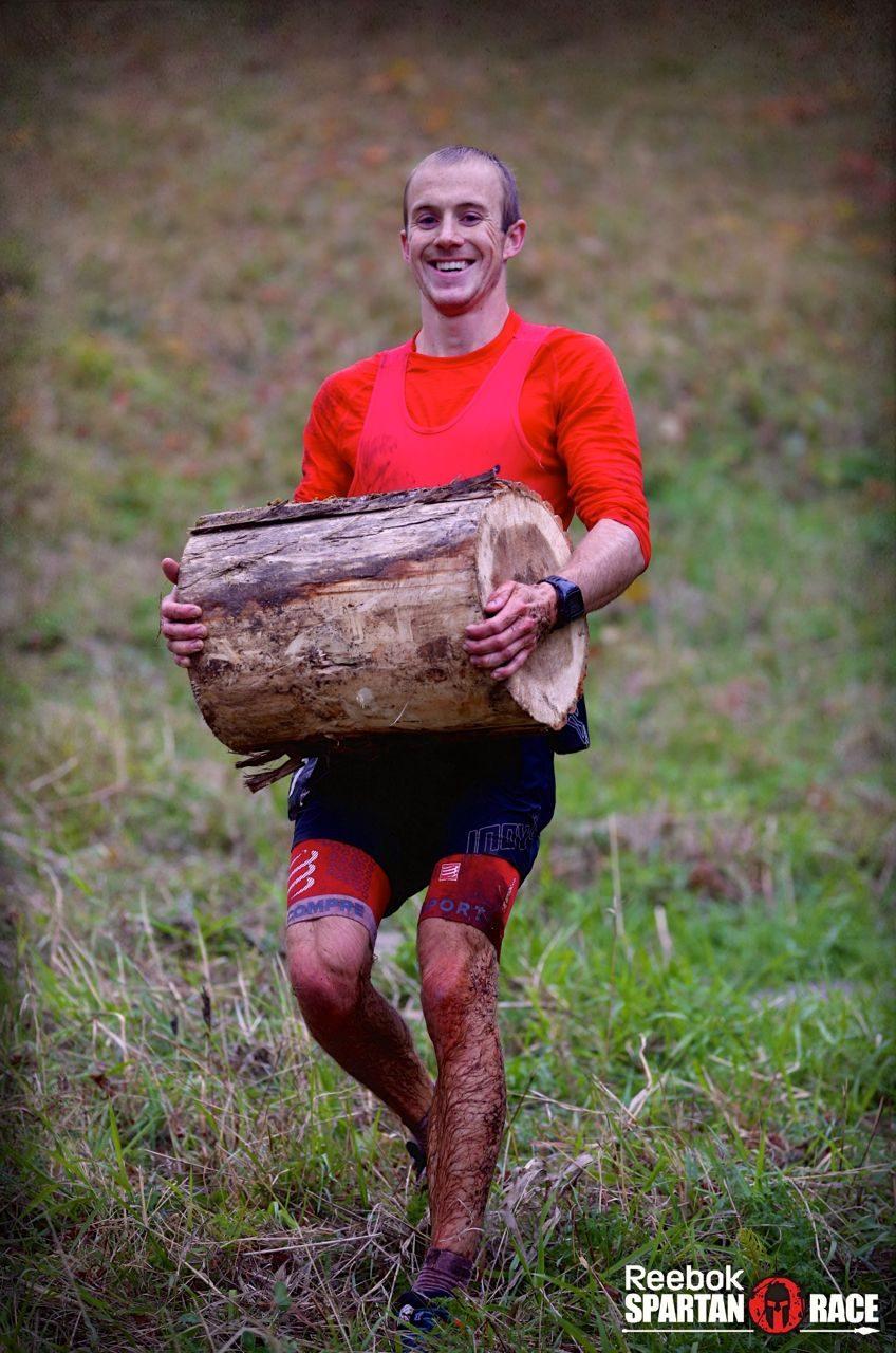 Jonathan Albon carrying a log at the Spartan World Championship