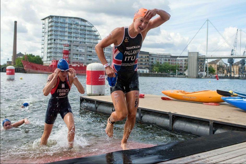 Emma Pallant leaves the swim at London Triathlon