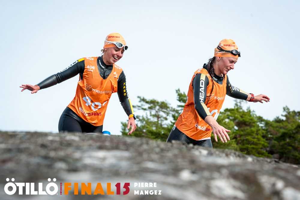 Helen and Tiffany navigate one of the swim to run transitions at ÖtillÖ Final 15. Image: Pierre Mangez