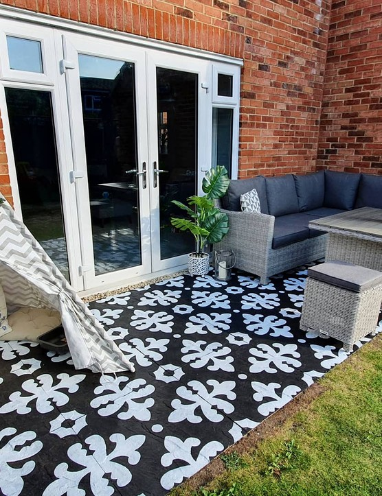 No budget for tiles? No worries! Use black and white paint to stencil a tile design onto concrete slabs, just as Nasim from @dunmoredecor has