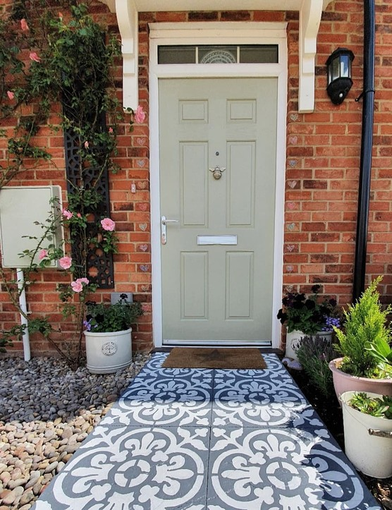Use Frenchic paint on your front door to give your entryway a brand new look. Photo via Nasim at @dunmoredecor