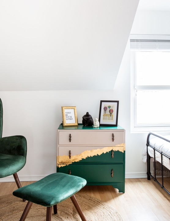 Nuala from @oh.for.the.love.of.furniture has completely transformed an old chest of drawers with just three different shades of paint