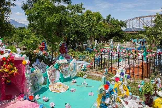 A graveyard in San Marcos Lempa, El Salvador © Brett Gundlock/Boreal Collective