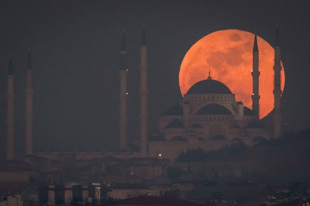 A Super Blue Blood Moon rises behind the Camlica Mosque on 31 January 2018 in Istanbul, Turkey © Chris McGrath/Getty Images