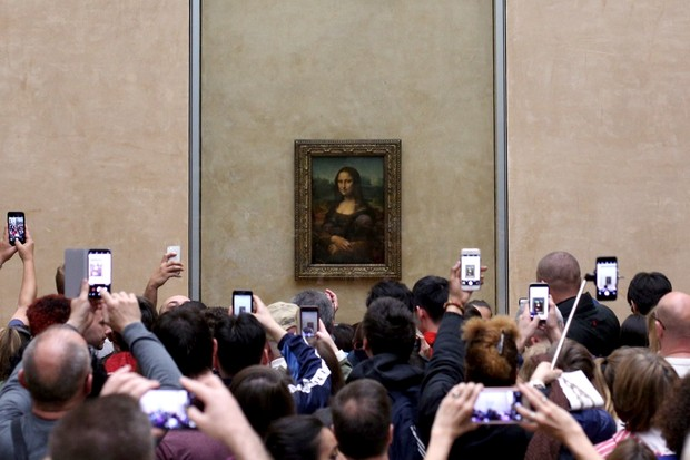 Visitors take pictures of the Mona Lisa by Leonardo Da Vinci, at the Louvre Museum in Paris © Pedro Fiúza/NurPhoto via Getty Images