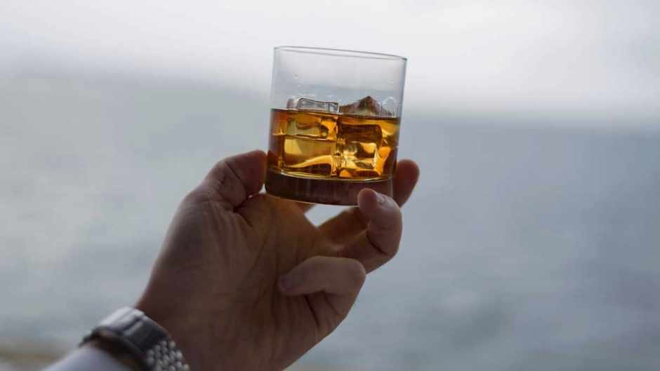 Why does a drop of water make whisky taste better? © Getty Images