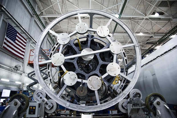 Mating the Octaweb of a Falcon Heavy centre core to the tank © SpaceX