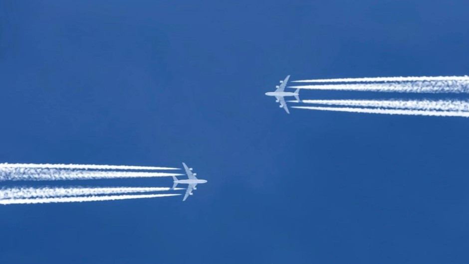Why do planes appear to travel so slowly in the sky? © iStock