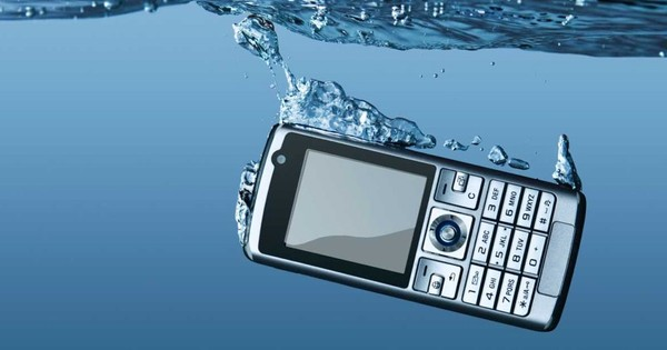Does drying out a mobile phone in rice work?