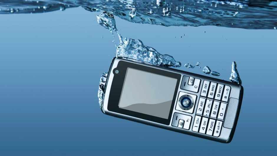 Does drying out a mobile phone in rice work? © iStock
