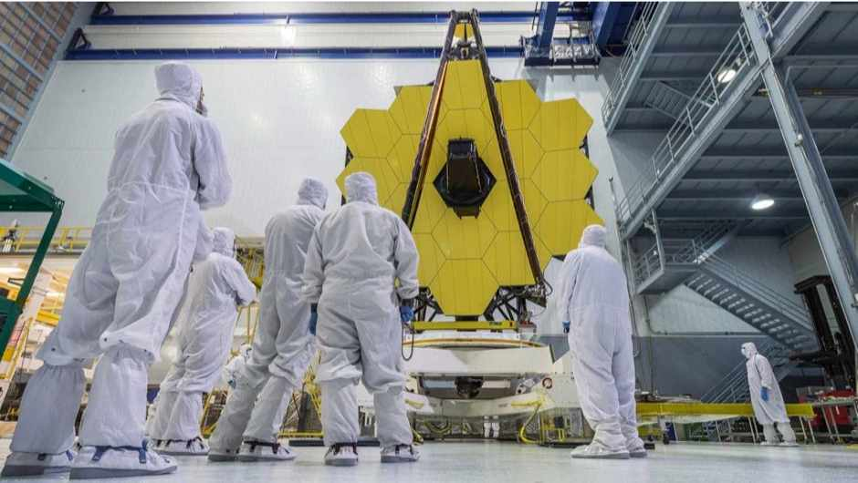 Cleanroom workers take in the James Webb Space Telescope mirrors on 4 May 2016 © NASA/Chris Gunn