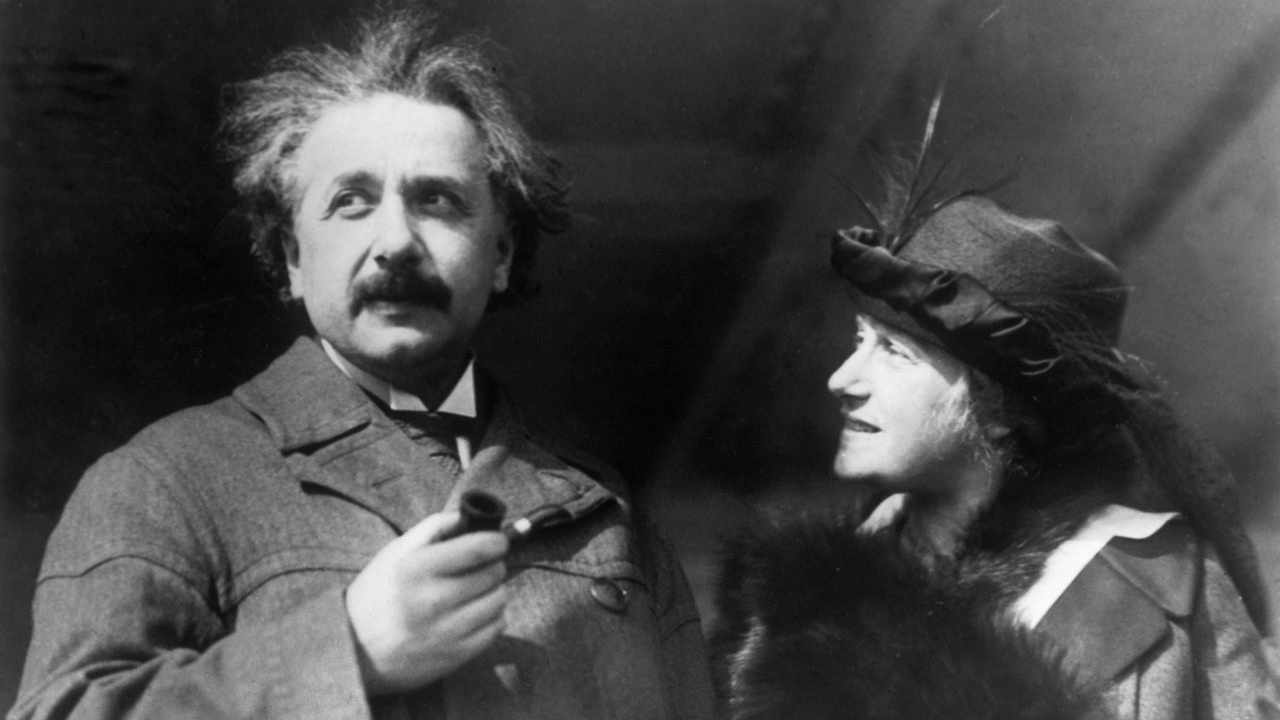 The professor Albert Einstein with his wife Elsa while on a trip in Egypt circa 1921©Keystone-France/Gamma-Keystone via Getty Images