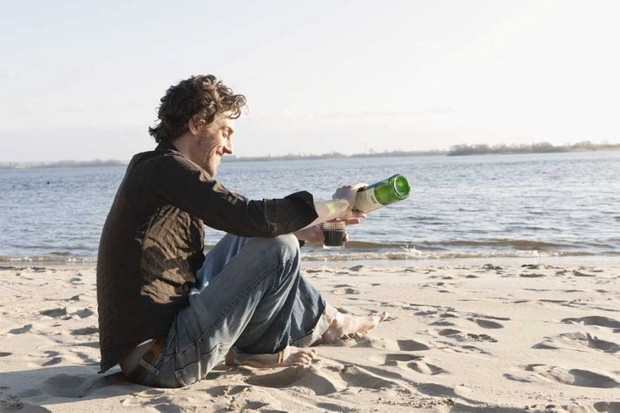 On a desert island, would it be better to drink wine or go thirsty? © Getty Images