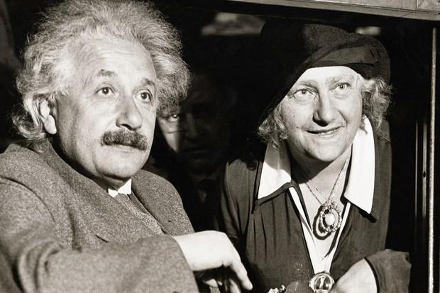 Physicist Albert Einstein (1879-1955) with his wife Elsa in Chicago © George Rinhart/Corbis via Getty Images