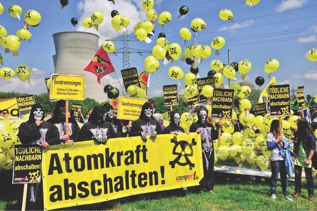 Opponents of nuclear power demonstrating for the shutdown of nuclear power plant Grundemmingen, Germany (© Walter G. Allgöwer/ullstein bild via Getty Images)