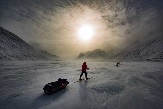 Expedition members ski the Akshayuk Pass, in Auyuittuq National Park on Baffin Island, Canada © Christopher Morris - Corbis/Getty Images