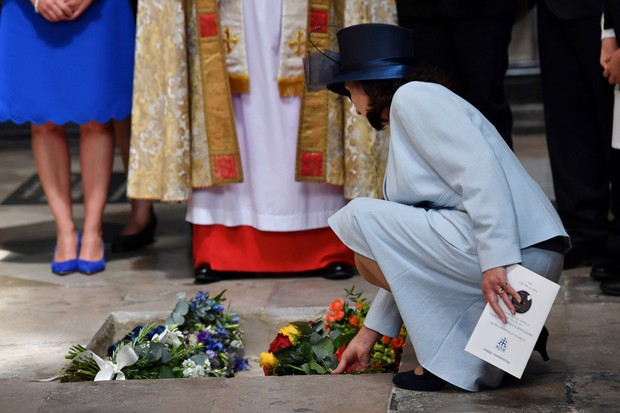 Jane Hawking, the first wife of Stephen Hawking, places flowers at the site of the his ashes © Ben Stansall - WPA Pool /Getty Images