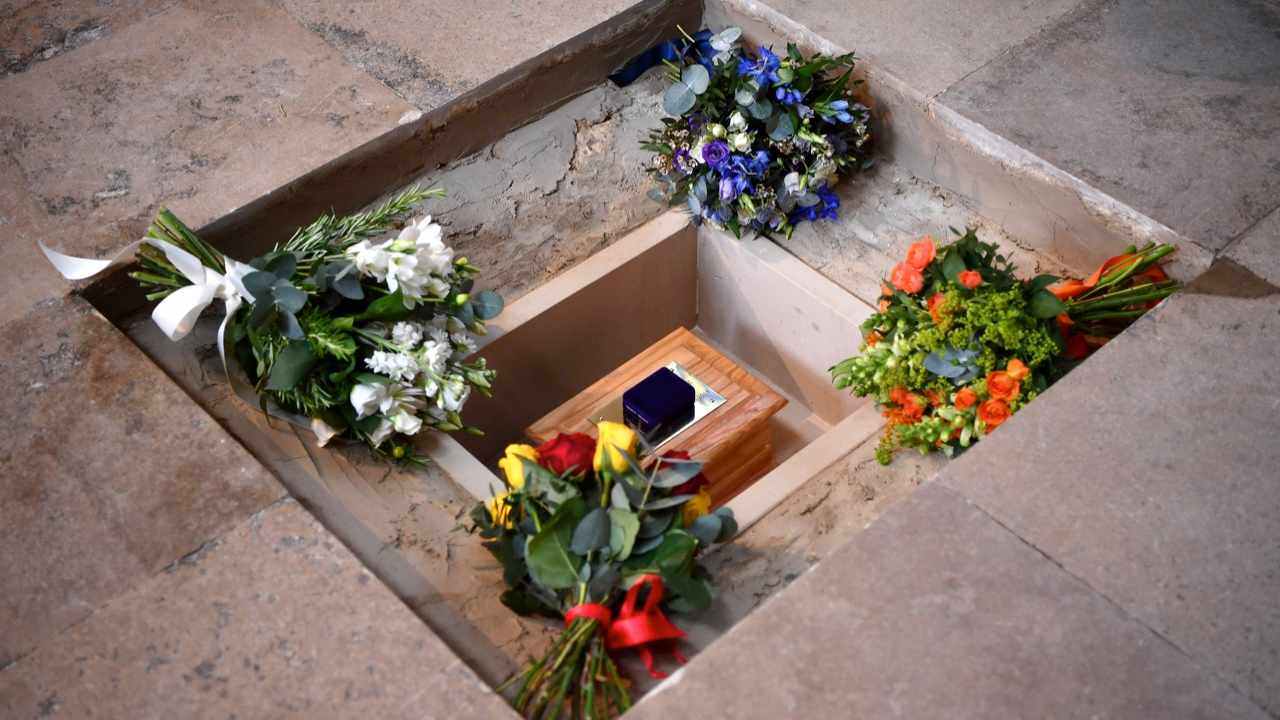 Flowers are placed alongside the ashes of British scientist Stephen Hawking at the site of interment in the nave of Westminster Abbey © Ben Stansall - WPA Pool /Getty Images