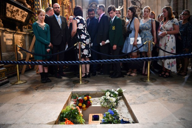 Members of the congregation file past the ashes of British scientist Stephen Hawking © Ben Stansall - WPA Pool /Getty Images
