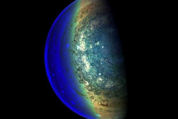 Jupiter's twilight zone © NASA/JPL-Caltech/SwRI/MSSS/Gerald Eichstadt