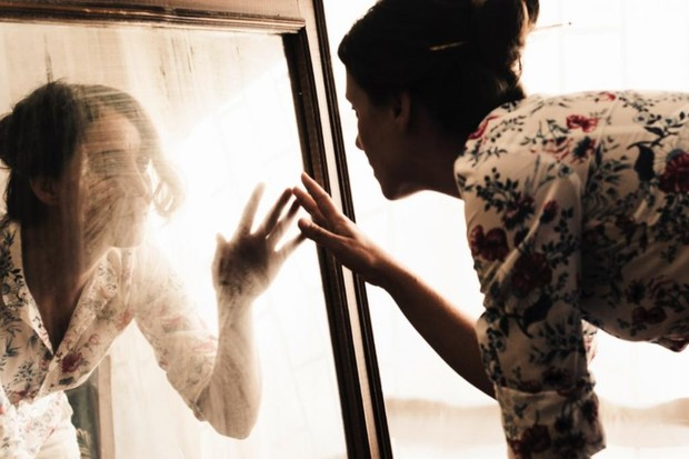 Why do mirrors reverse left and right, not up and down? © iStock