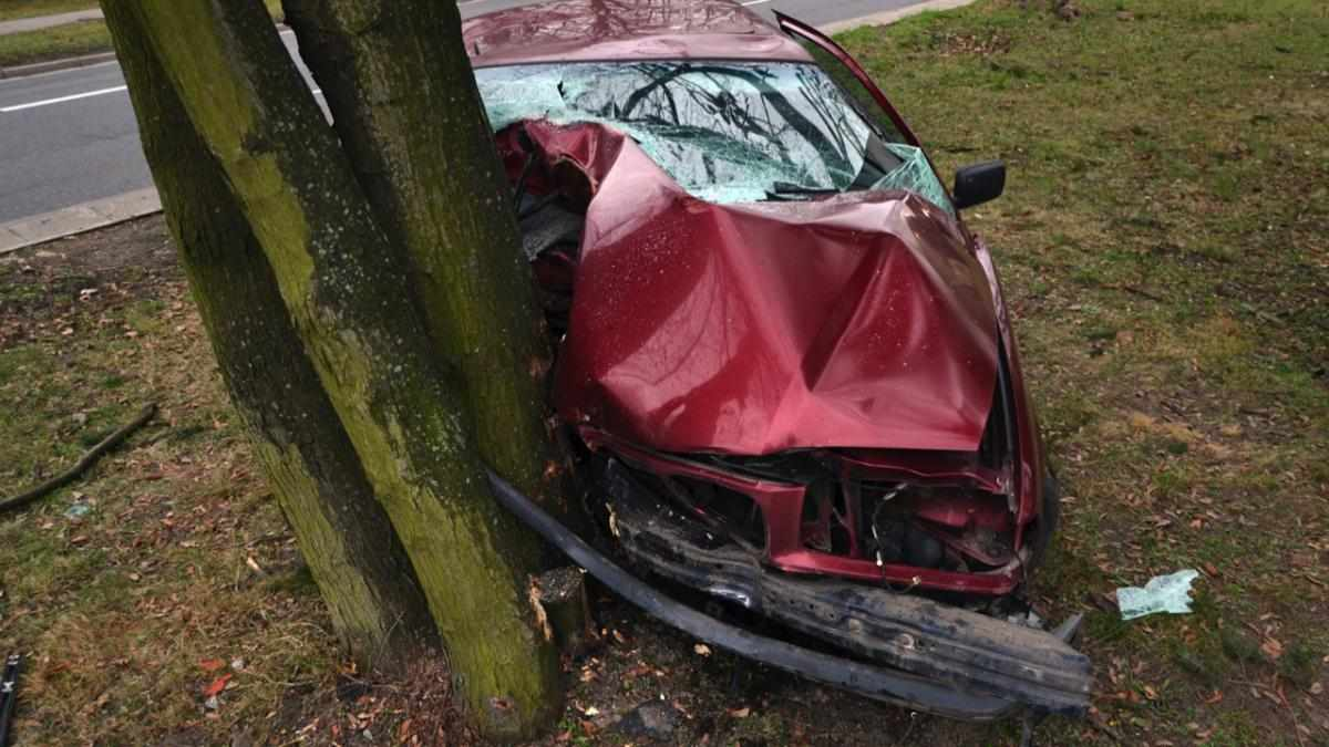Why do drivers often crash into trees or lampposts? © Getty Images