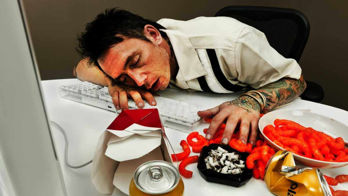 Why do I always feel tired after lunch? © iStock