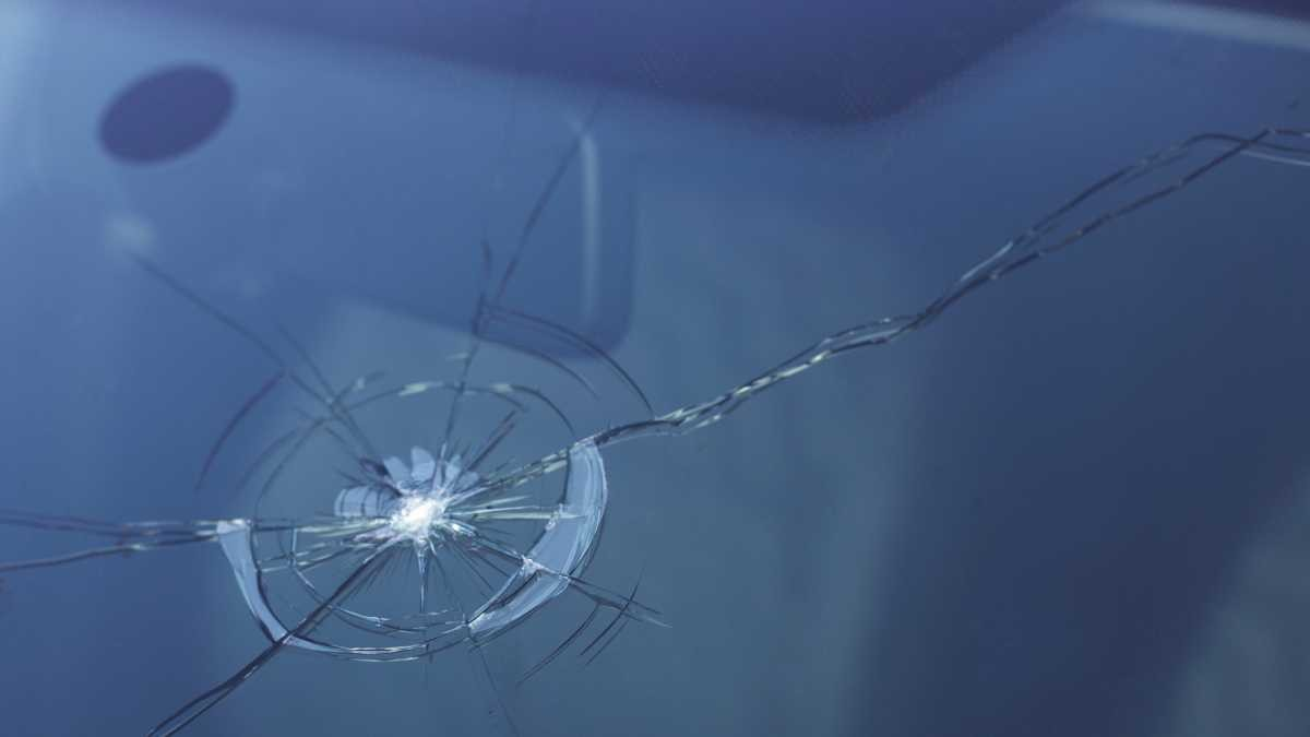 Why do windscreens crack in a zig-zag? © iStock