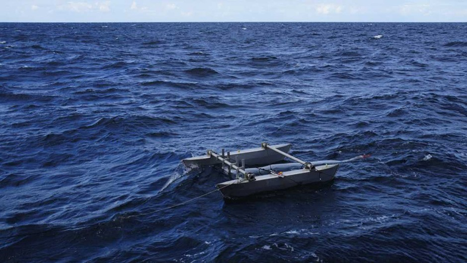 Deployment of catamaran taking samples © Alfred-Wegener-Institut