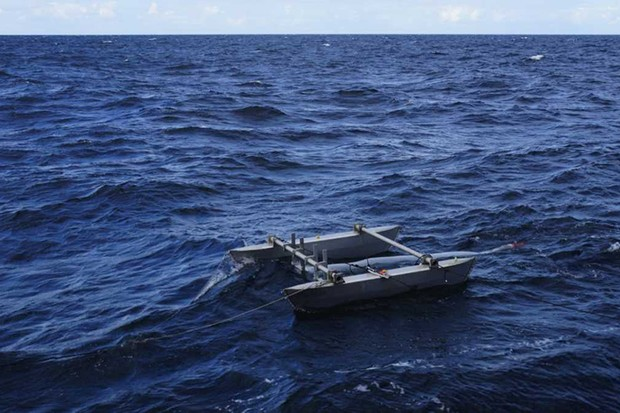 Deployment of catamaran taking samples © Alfred-Wegener-Institut