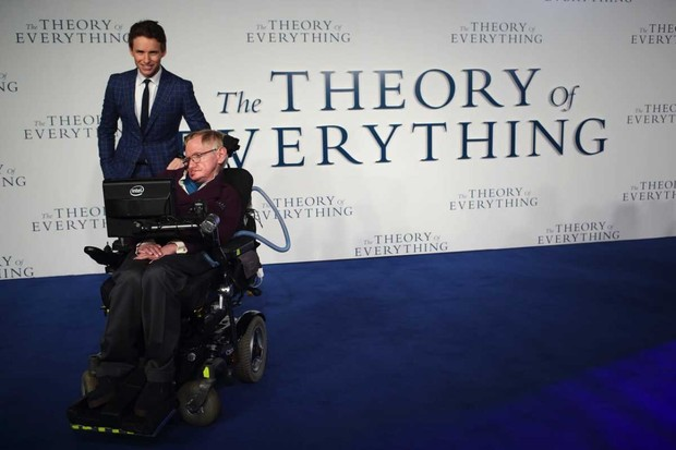 Eddie Redmayne and Stephen Hawking attend the UK Premiere of The Theory Of Everything © Mike Marsland/WireImage