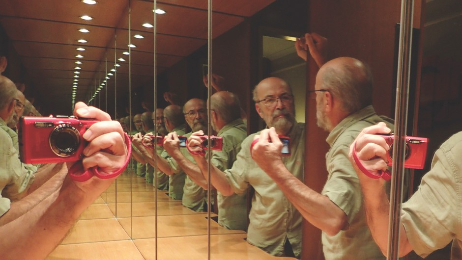 Do two mirrors facing each other produce infinite reflections?