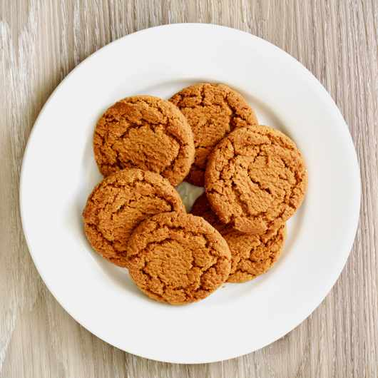Crunchy gingersnaps on white plate © Getty Images